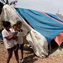 Akibat Puting Beliung Satu Keluarga Tinggal Di Tenda darurat berbahan plastik dan terpal bekas, Bencana alam ini menghancurkan rumah mereka